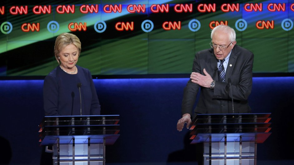Demokratický kandidát Sanders diskutuje s Clintonovou