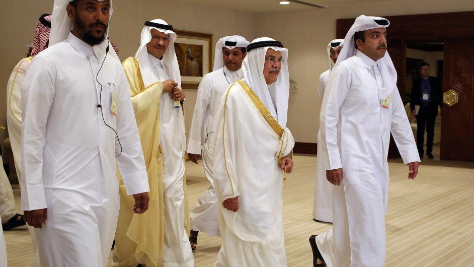 Saúdská delegace vedená ministrem ropného průmyslu Ali al-Naimim (uprostřed) na víkendovém summitu dohodu bez účasti Íránu zablokovala.