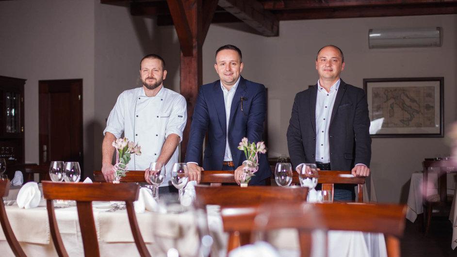 Majitel investiční skupiny DRFG David Rusňák má po své pravici šéfkuchaře Pavla Rohošku, po levici manažera Roberta Smejkala.