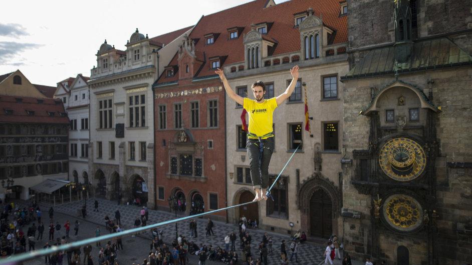 Marek Smolka při přechodu Staroměstského náměstí