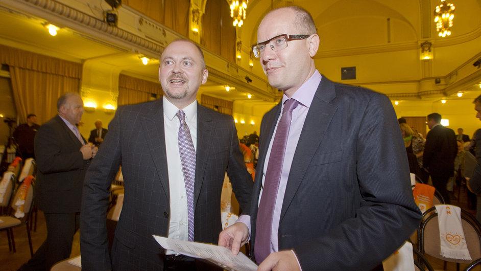Předseda ČSSD Bohuslav Sobotka a jeho první místopředseda Michal Hašek. Dva velcí konkurenti uvnitř strany.