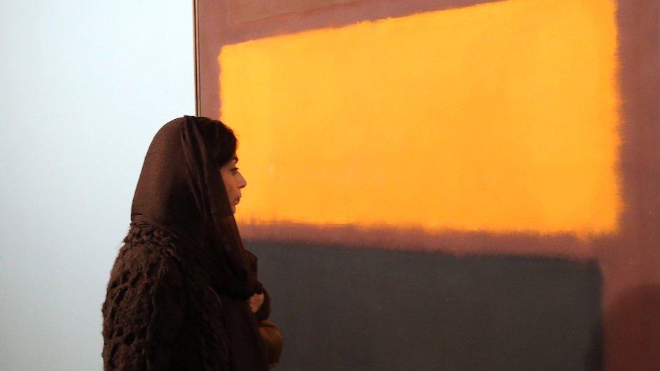 Na snímku z teheránského muzea je Íránka, která si prohlíží obraz Marka Rothka.