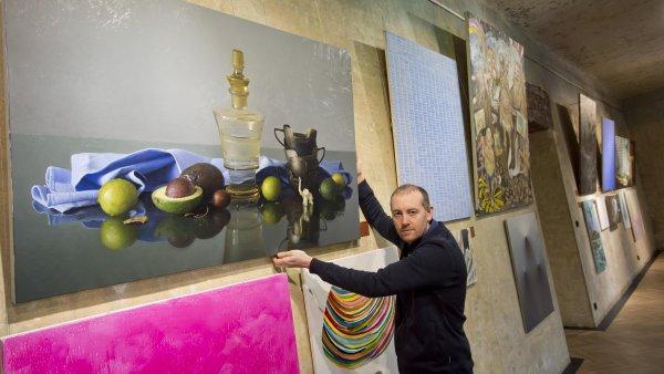 Na snímku z výstavy Junge Prager, Junge Berliner je malíř Jan Mikulka se svým obrazem Zátiší s limetkami.