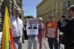 Několik lidí protestovalo proti prezidentu Miloši Zemanovi při jeho příjezdu k sídlu krajského úřadu.  Vlevo je předseda strany Moravané Ondřej Hýsek.
