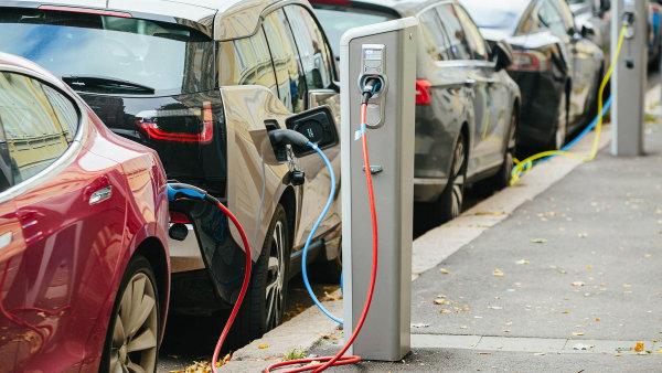 Elektromobily by mohly získat řadu výhod, například parkování zdarma - Ilustrační foto.