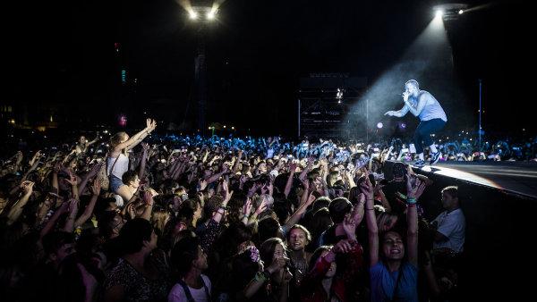 Na snímku z vystoupení Imagine Dragons na Colours of Ostrava je zpěvák Dan Reynolds komunikující s diváky v prvních řadách.