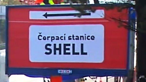 Poutač na čerpací stanici Shell odstraněný Ředitelstvím silnic a dálnic