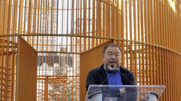 Na snímku před svým dílem Zlatá klec je Aj Wej-wej.