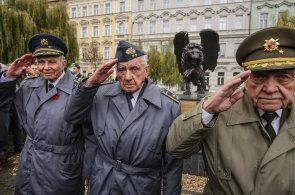 Na okřídleném lvu na Klárově přibylo přes dva a půl tisíce jmen československých letců RAF