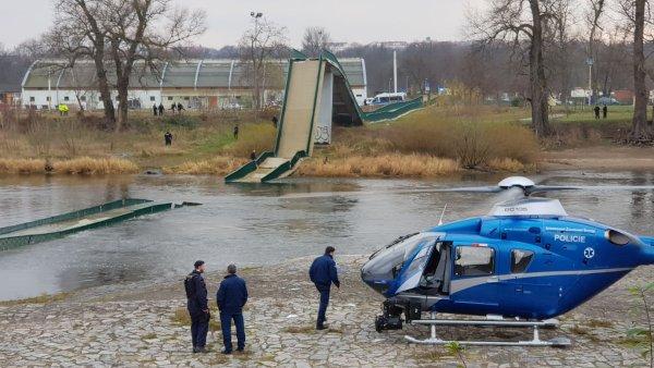 Pěší lávka v pražské Troji se v sobotu kolem druhé hodiny odpoledne zřítila do Vltavy. Zranili se čtyři lidé, dva z toho těžce.