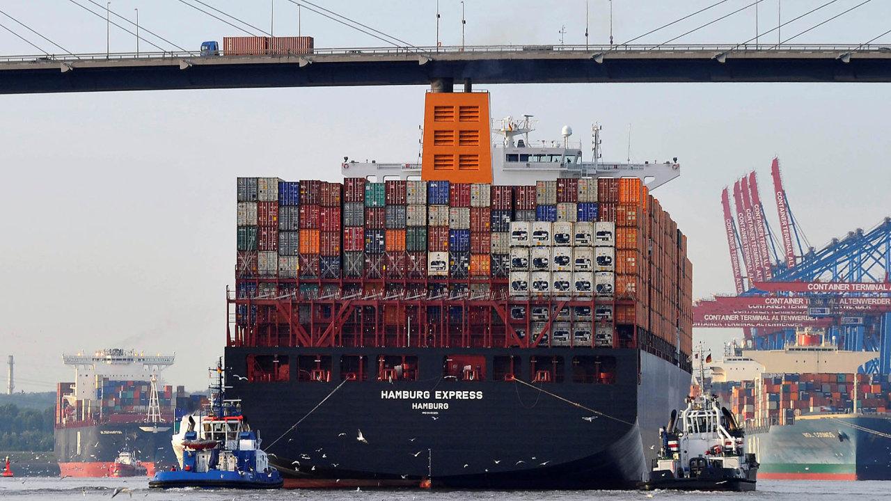 Naběžném účtu Německa se odráží především výsledky zahraničního obchodu se zbožím aslužbami, například dopravními. Na snímku nakládání lodě v přístavu v Hamburku.