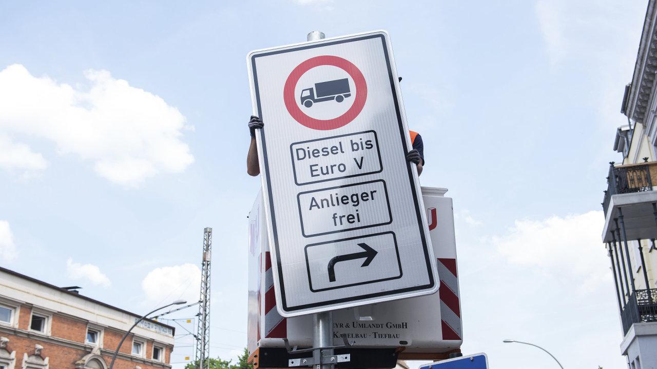 Instalace nových značek zakazujících vjezd dieselových aut do daných oblastí.