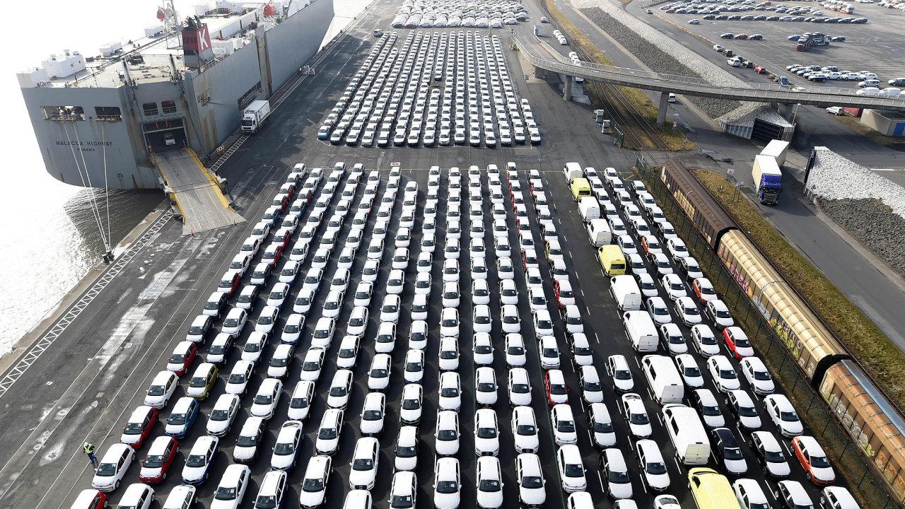 Znejvětších ekonomik EU je Německo nejvíce závislé na zahraniční poptávce avolném obchodu. Na snímku auta připravená na vývoz.