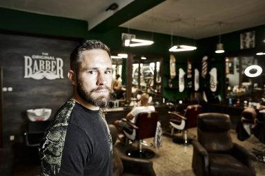 Miroslav Hradil si rozmýšlí, komu udělí licenci na svůj barber shop. Jedinou zatím získal plzeňský fotbalista David Limberský.