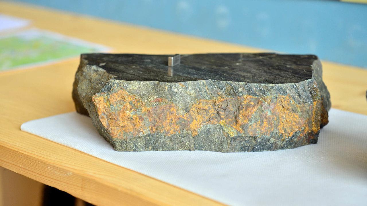 Vzorek horniny ze čtyř průzkumných vrtů v oblasti bývalého měděného dolu Tisová, kde se nyní hledá kobalt.