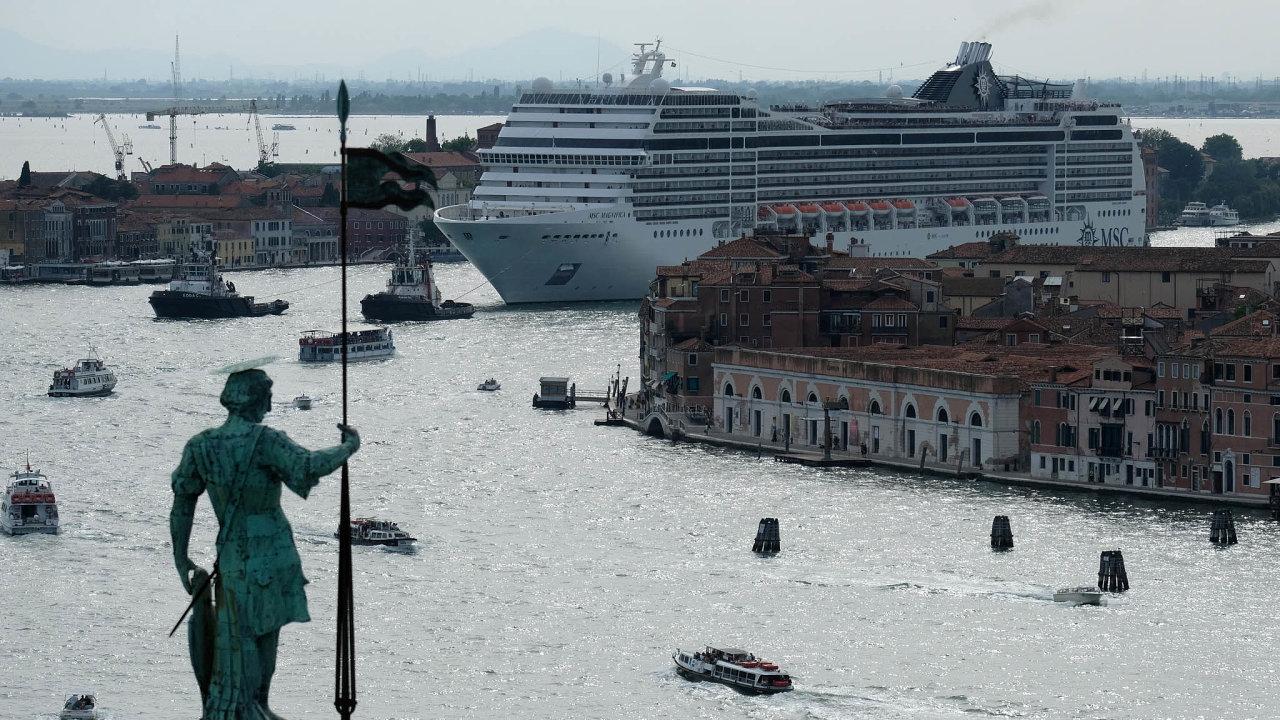 Ovelké okružní lodě už nestojí například vseveroitalských Benátkách. Občanské hnutí No grandi navi (Žádné velké lodě) volá pojejich zákazu či alespoň povýrazném omezení jejich počtu.