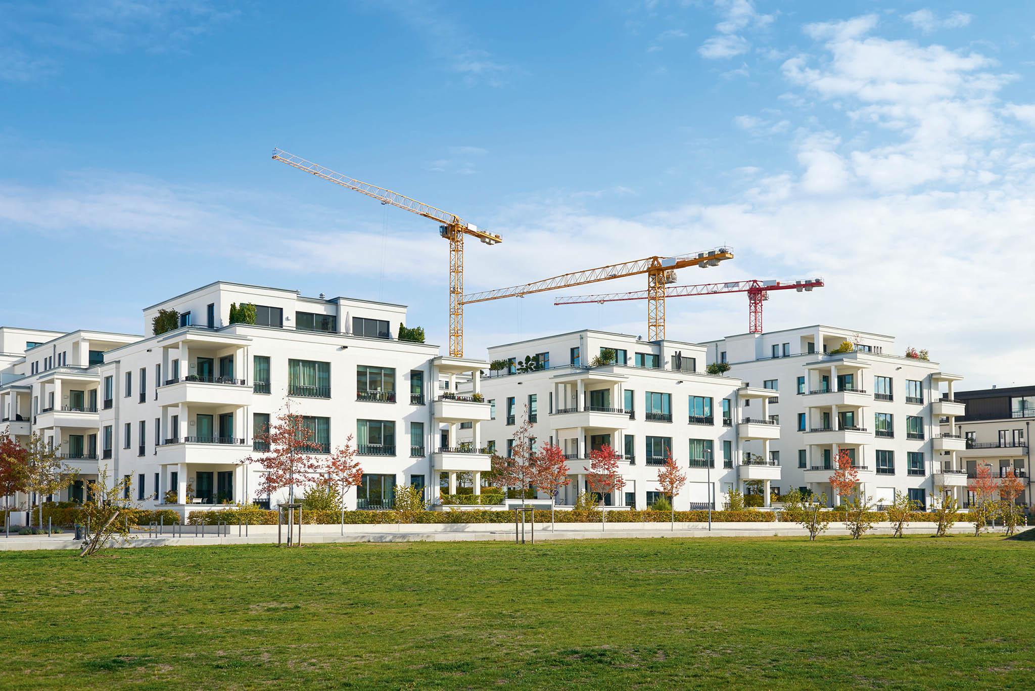 Vposledních letech nemovitosti zdražují, především byty vevelkých městech. Řada lidí proto odchází navenkov.