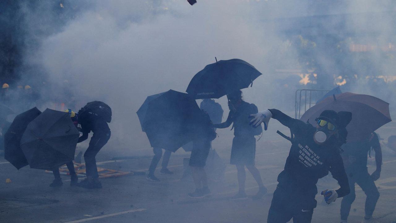 Desetitisíce nespokojenců se zapojily doprotestního průvodu vcentru velkoměsta. Pochod se uskutečnil, přestože policie akci zakázala.