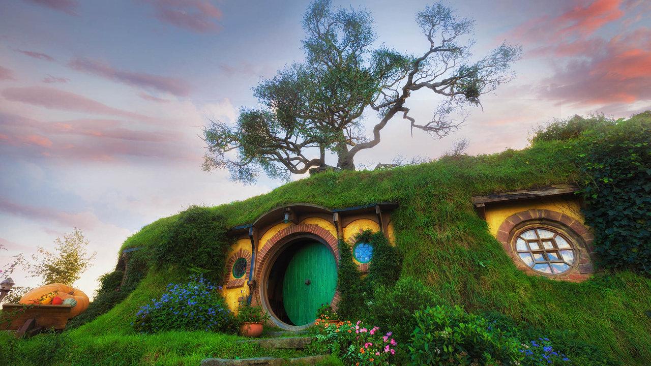 Hobiti si podle J. R. R. Tolkiena libují vpohodlném životě, neradi opouštějí své domovy adění vokolním světě je moc nezajímá. Jako kdyby si slavný spisovatel vzal zapředlohu Čechy.