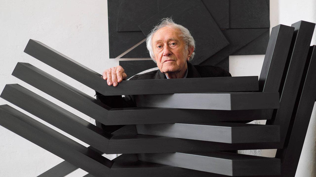 Stanislav Kolíbal sobjektem Křídla, který vznikl vroce 1963 jako soutěžní návrh naplastiku před novou budovu československé ambasády vBrazílii. Ačkoliv sním vyhrál vsoutěži, nebyl realizován.