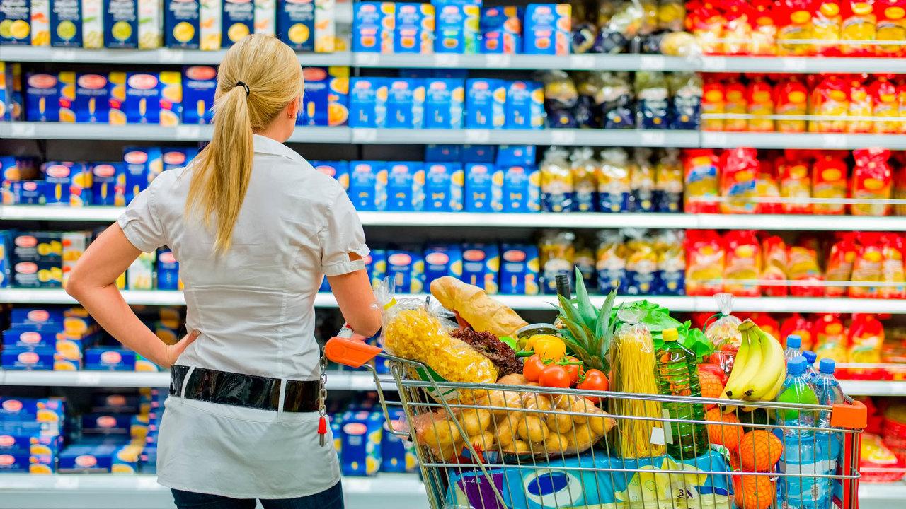 Zodpovědnost zarozdílnou kvalitu potravin mají nést výrobci iprodejci. Ti však nemají možnost ovlivnit, zda výrobce vjiné zemi neprodává vestejném obalu lepší nápoj či jídlo.