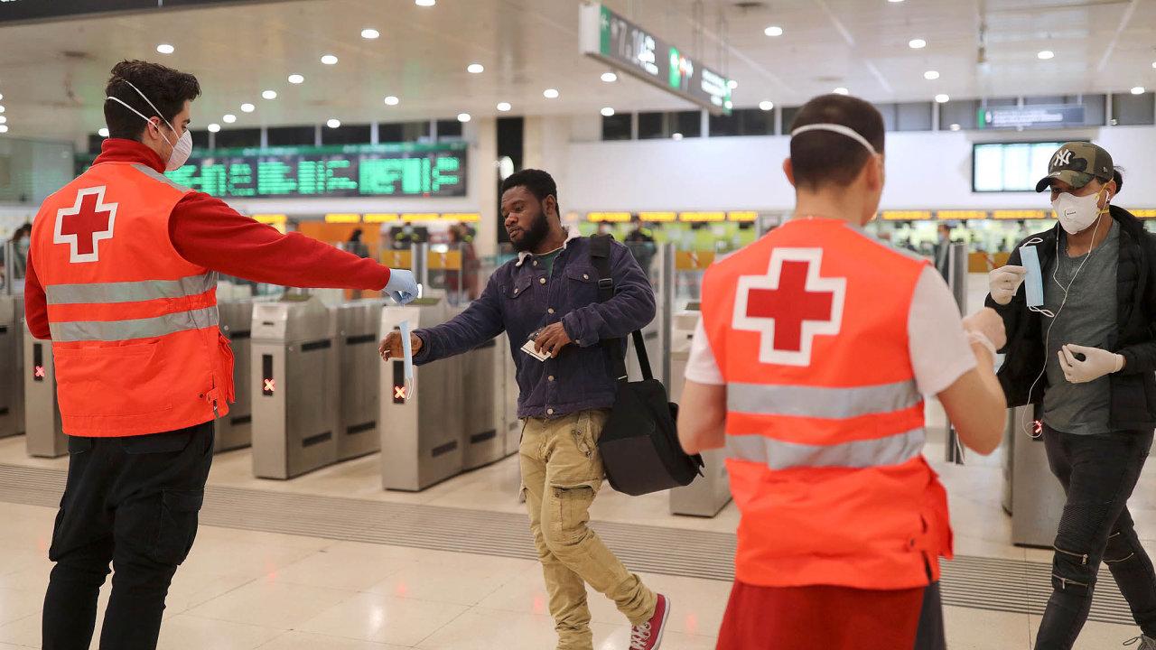 Dopráce se poVelikonocích vrátili lidé pracující vestavebnictví nebo zpracovatelském průmyslu. Vláda rozdává roušky lidem, kteří používají hromadnou dopravu.
