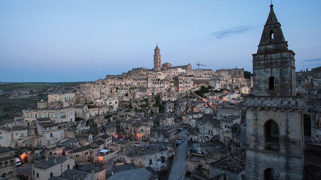Sasso Barisano (nasnímku) představuje spolu se Sasso Caveoso nejstarší část Matery. Obě prastaré čtvrti odděluje skalnatý ostroh srománskou katedrálou z13.století.