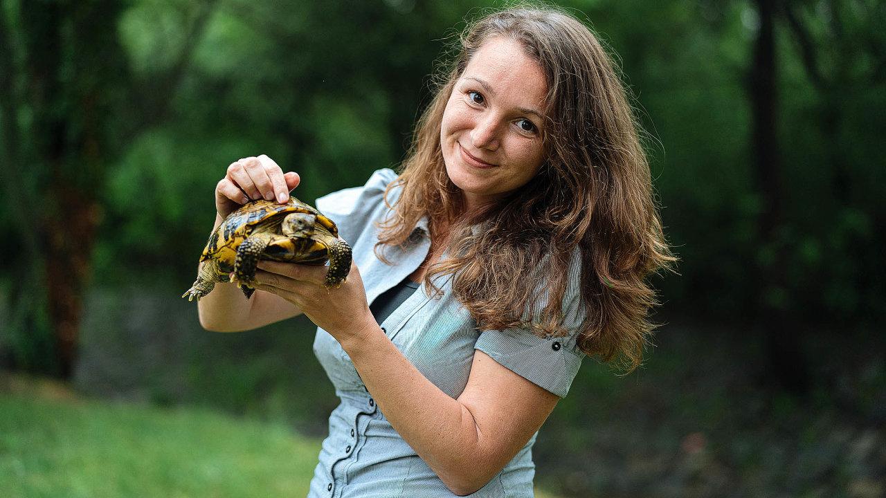 Suchozemskou želvu má Hana Svobodová doma odšesti let, svůj život ale zasvětila těm mořským.