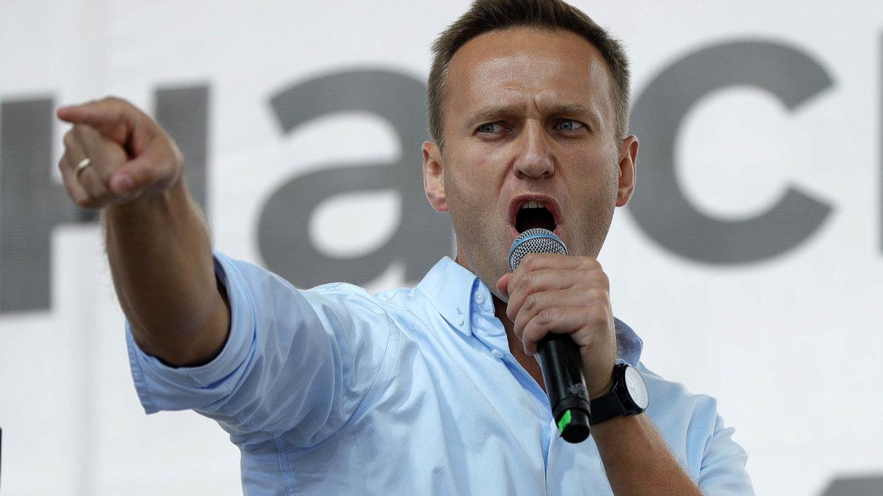 Otrávený opozičník. Alexej Navalnyj bojuje v berlínské nemocnici o život a v Rusku je ticho po pěšině.