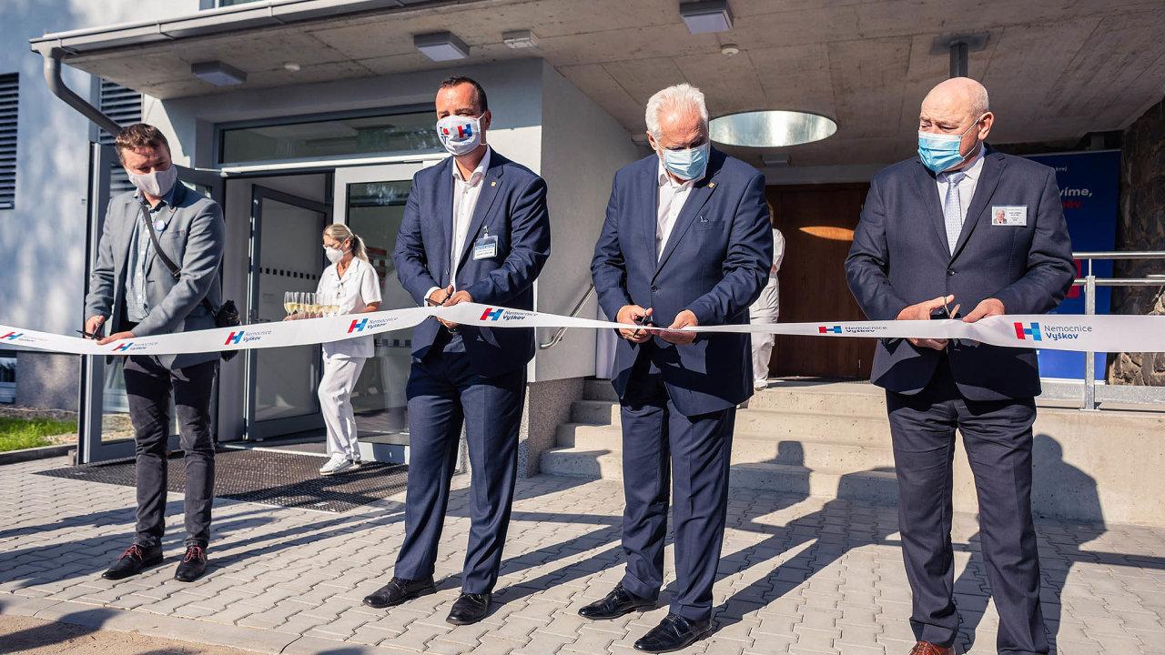 Stříhání pásky při slavnostním otevírání nově zrekonstruované budovy neurologie se účastnil i hejtman Jihomoravského kraje Bohumil Šimek (na fotografii třetí zleva).