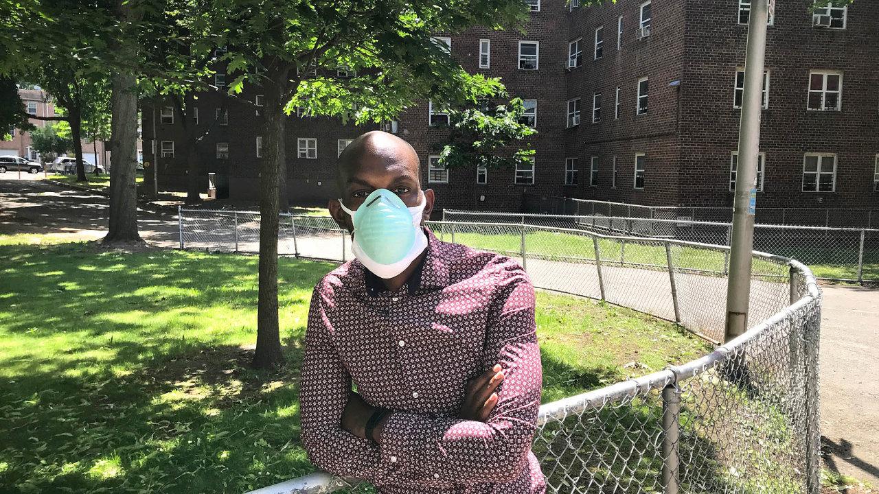 """""""Pro mě amoji komunitu mezi Trumpem aBidenem není rozdíl,"""" říká Jamell Henderson z Brooklynu, spoluorganizátor místních protestů proti rasové nenávisti a policejní zvůli. Přesto bude Bidena volit."""