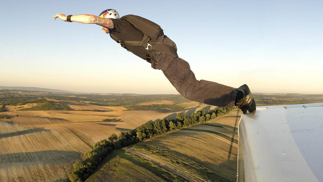 """Cedric Dumont vyvrací, že když skáče z letadel nebo z mrakodrapů, nemá strach. """"Kdybych ho necítil, je to varování, že toho mám nechat,"""" říká."""
