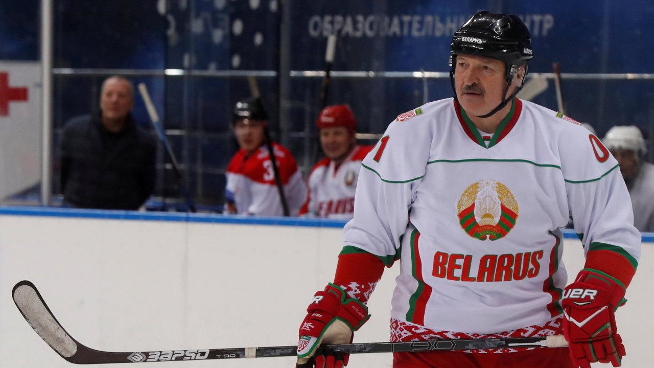 Prezident naledě: Alexandr Lukašenko je velký fanda hokeje, sám nastupuje zarůzné veteránské výběry. Rád se pak nechává fotit vreprezentačním dresu své země.