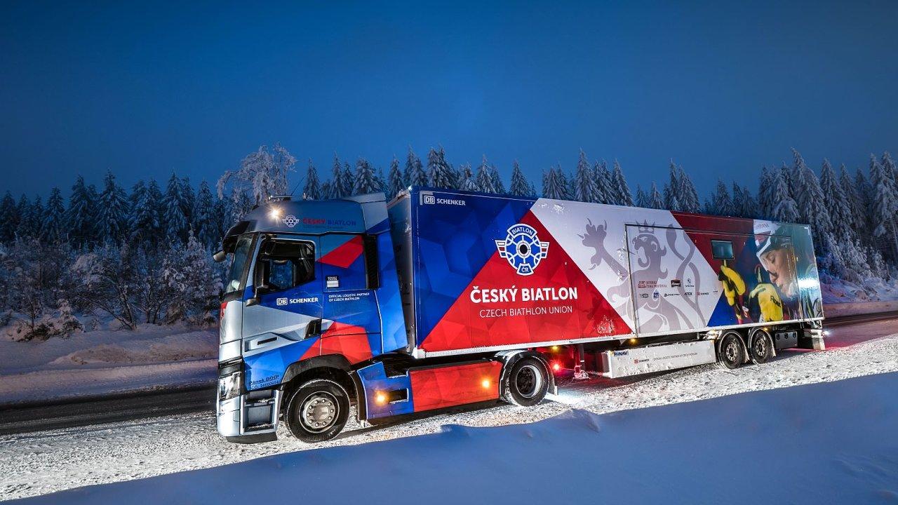 Servisní kamion s vyobrazením Markéty Davidové soustředěné na startu. Vůz je vybaven přeplňovaným vznětovým šestiválcem DTI 13 o objemu 12,8 l disponujícím nejvyšším výkonem 353 kW (480 k).