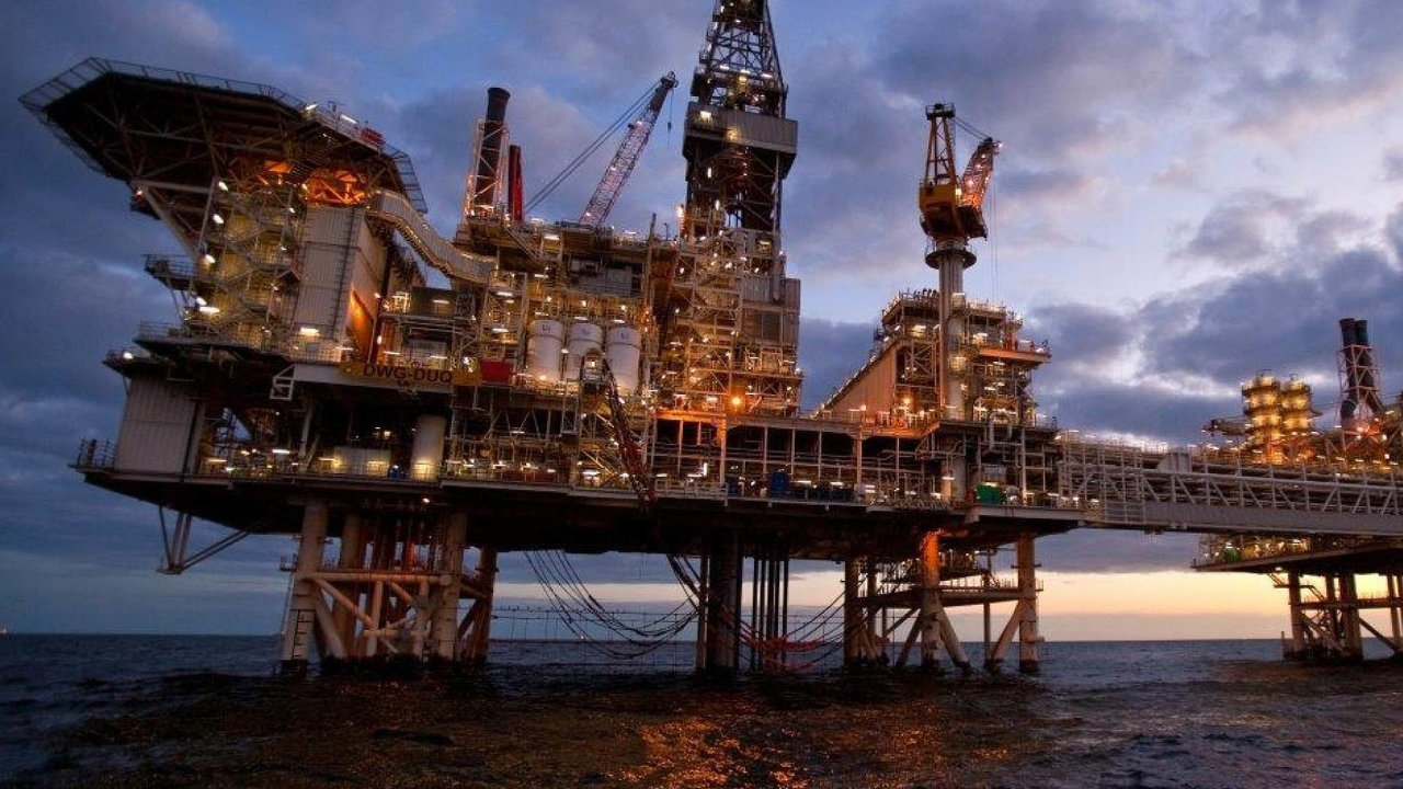 Britská ropná společnost BP loni měla ztrátu ve výši5,7 miliardy dolarů. Nasnímku je její těžební plošina vKaspickém moři.