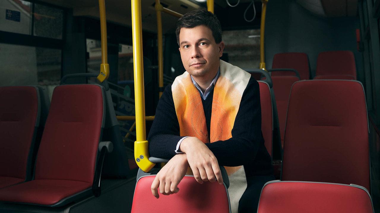 """""""Před jízdou se pomodlím. Ale modlitba není žádné zaklínadlo, nemůžu spoléhat jen nani,"""" říká katolický kněz Michal Prívara, který řídí autobusy pražského dopravního podniku."""