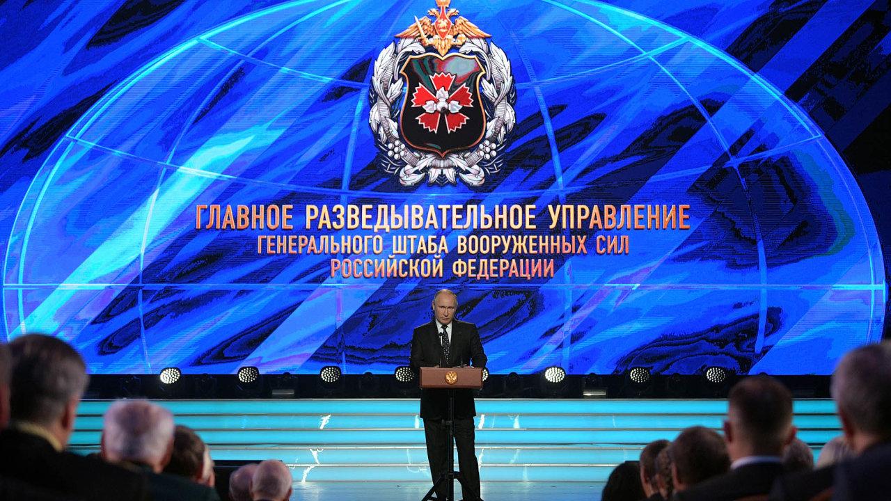 Za vlády prezidenta Vladimira Putina ruské tajné služby degradovaly, myslí si novinář Grigorij Pasko. Na snímku z roku 2018 Putin promlouvá na oslavách stého výročí založení GRU.