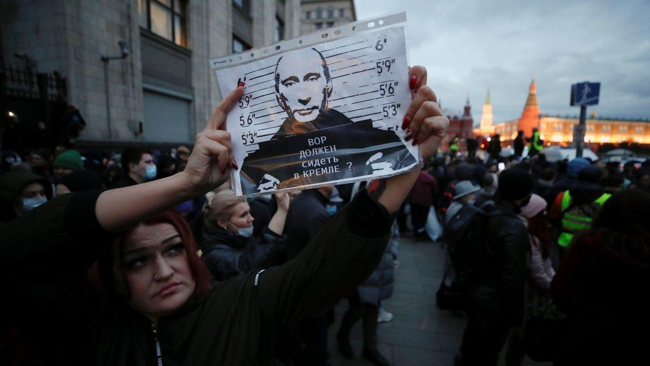 Nespokojených Rusů letos vyšlo do ulic více než v předchozích letech. Kreml na to reaguje zesilováním represí a zaváděním zákonů, které mají opozici zastrašit.