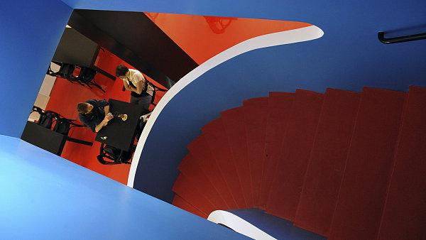 Interiéru funcionalistické kavárny Era dominuje šroubovicové schodiště.