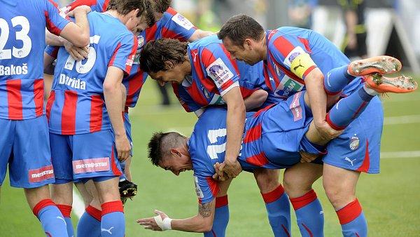 Hráči oslavují první Petrželův gól