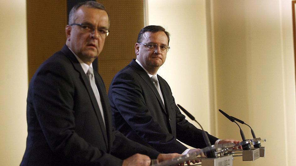 Ministr financí Miroslav Kalousek (TOP 09) a premiér Petr Nečas (ODS)