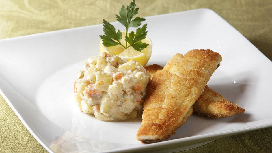 Šéfkuchař restaurace La Veranda Radek David přidal ke klasickým ingrediencím typickým pro bramborový salát jablko.