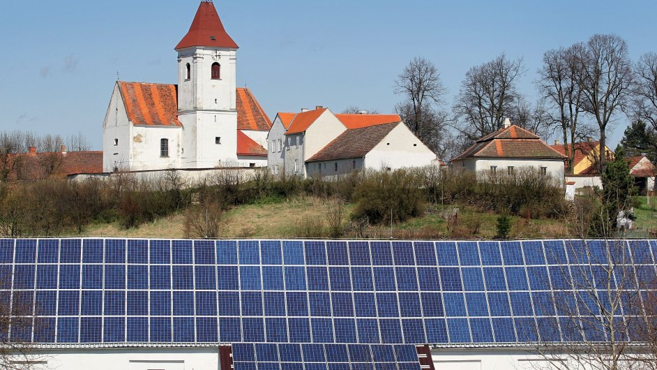 Střešní solární panely - ilustrační foto