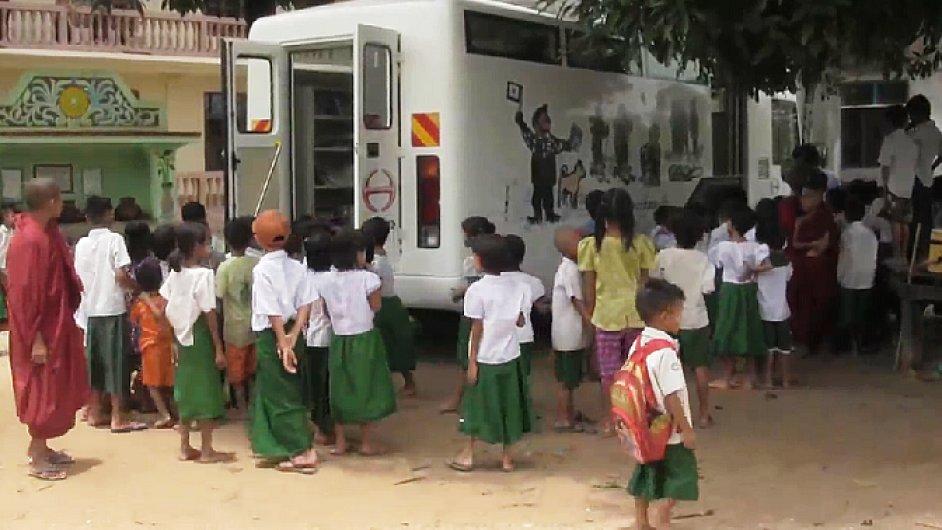 Zprovoznění první pojízdné knihovny v Barmě.