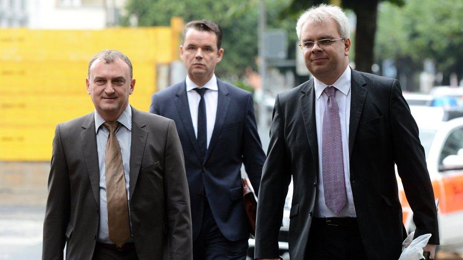 Antonín Koláček (vlevo) obžalovaný v kauze Mostecké uhelné společnosti přichází 10. října k soudu ve švýcarské Bellinzoně.