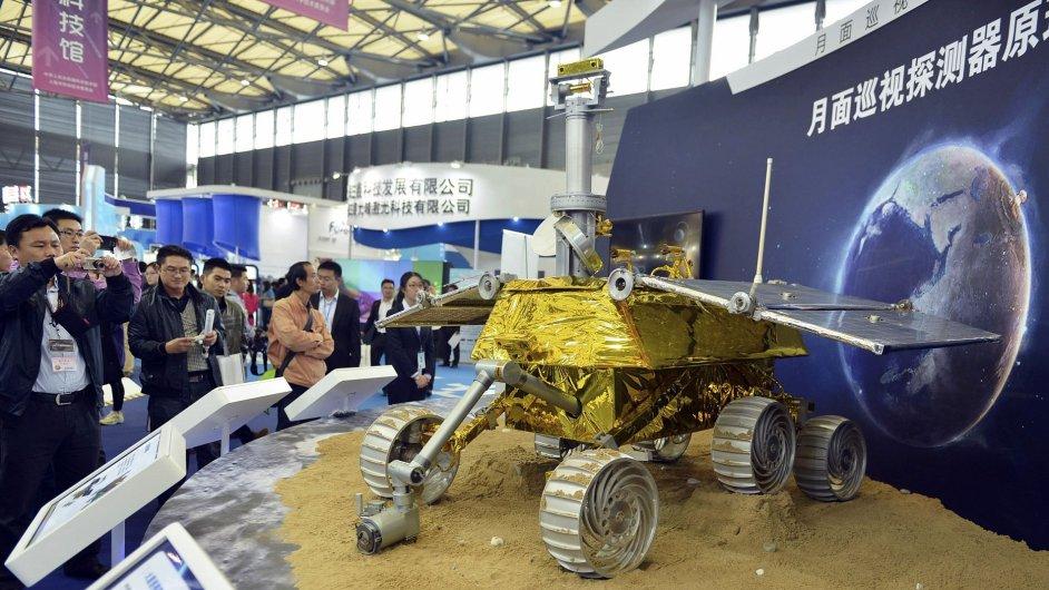 Model čínské automatické lunární sondy Yutu.