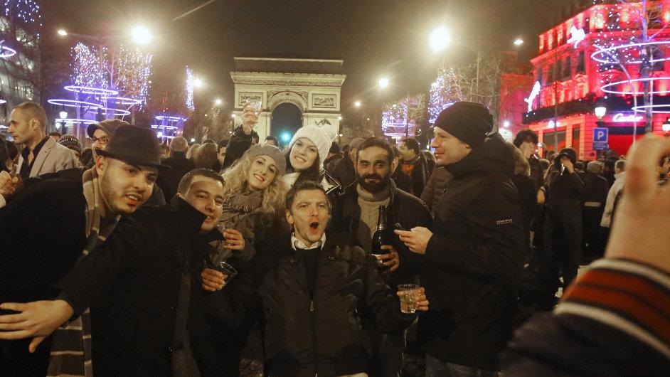 Lidé oslavují příchod nového roku na Avenue des Champs Elysées v Paříži