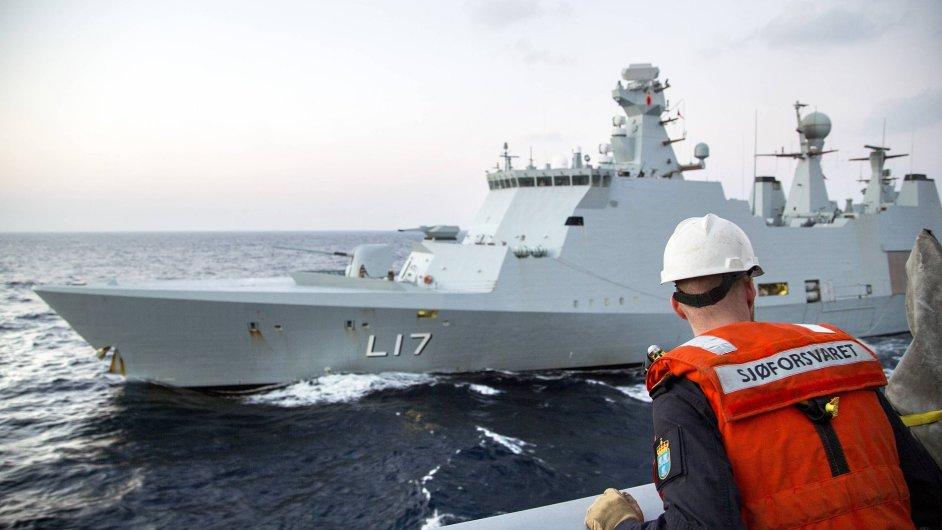 Norský námořník pozoruje dánskou loď.