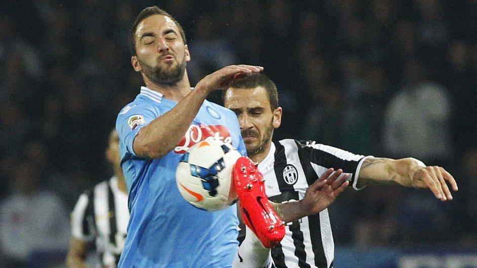 Gonzalo Higuaín (vlevo) z Neapole proniká přes Leonarda Bonucciho z Juventusu.