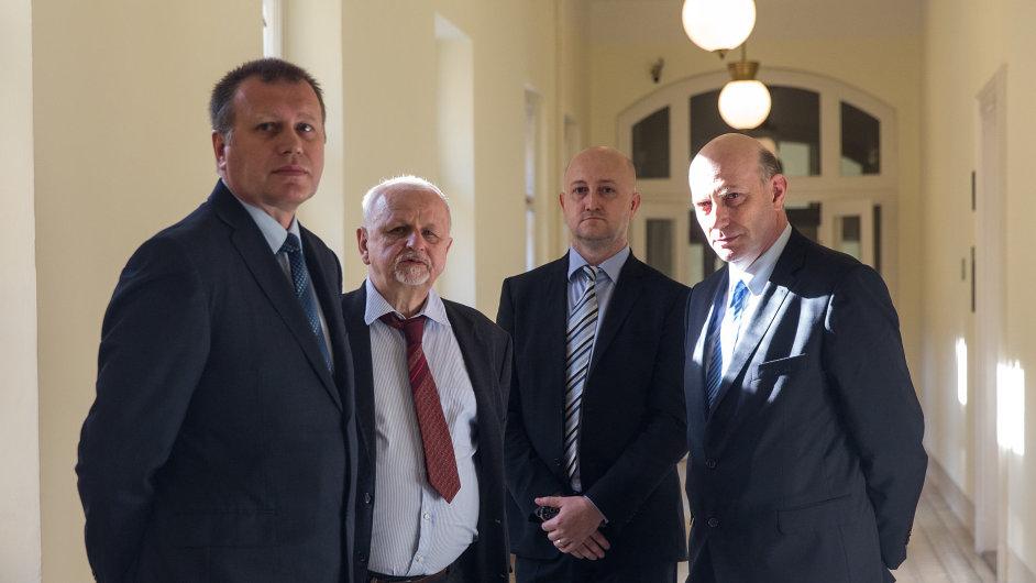 Vladimír Šiška (zleva), advokát Eduard Bruna, druhý obžalovaný Milan Hojer a Šiškův právník
